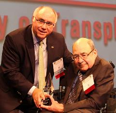 Dr. Oscar Salvatierra accepts ASTS Pioneer Award